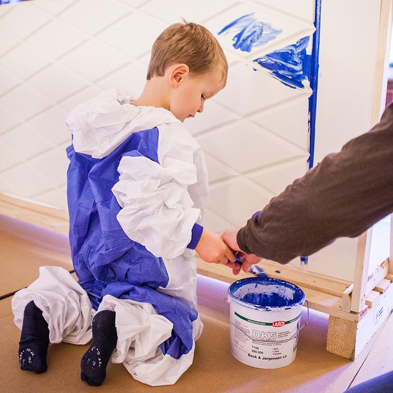 Barn målar med vattenburna färger