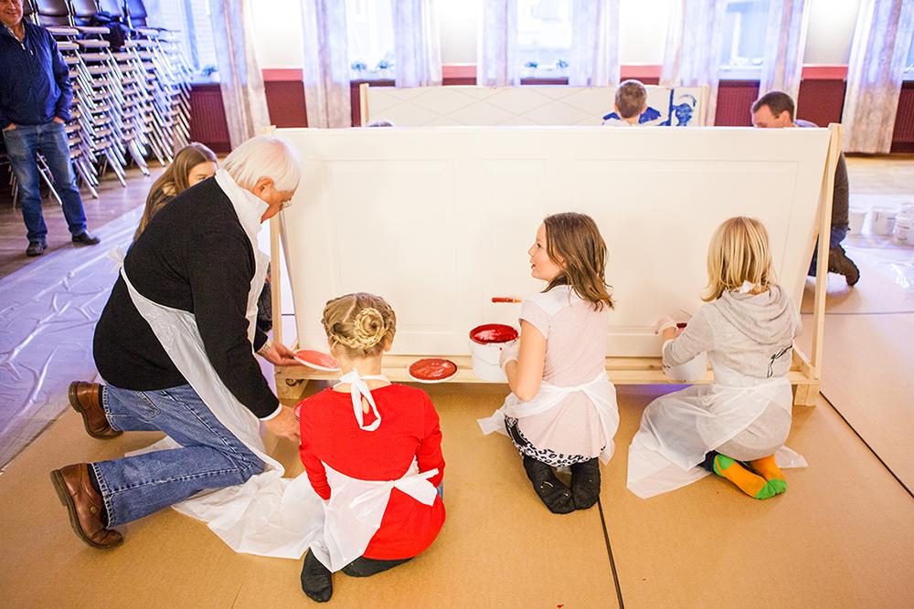 Barnen målar med vattenburna färger